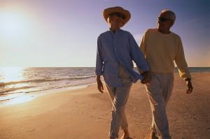 emekli çift kumsalda geziyor